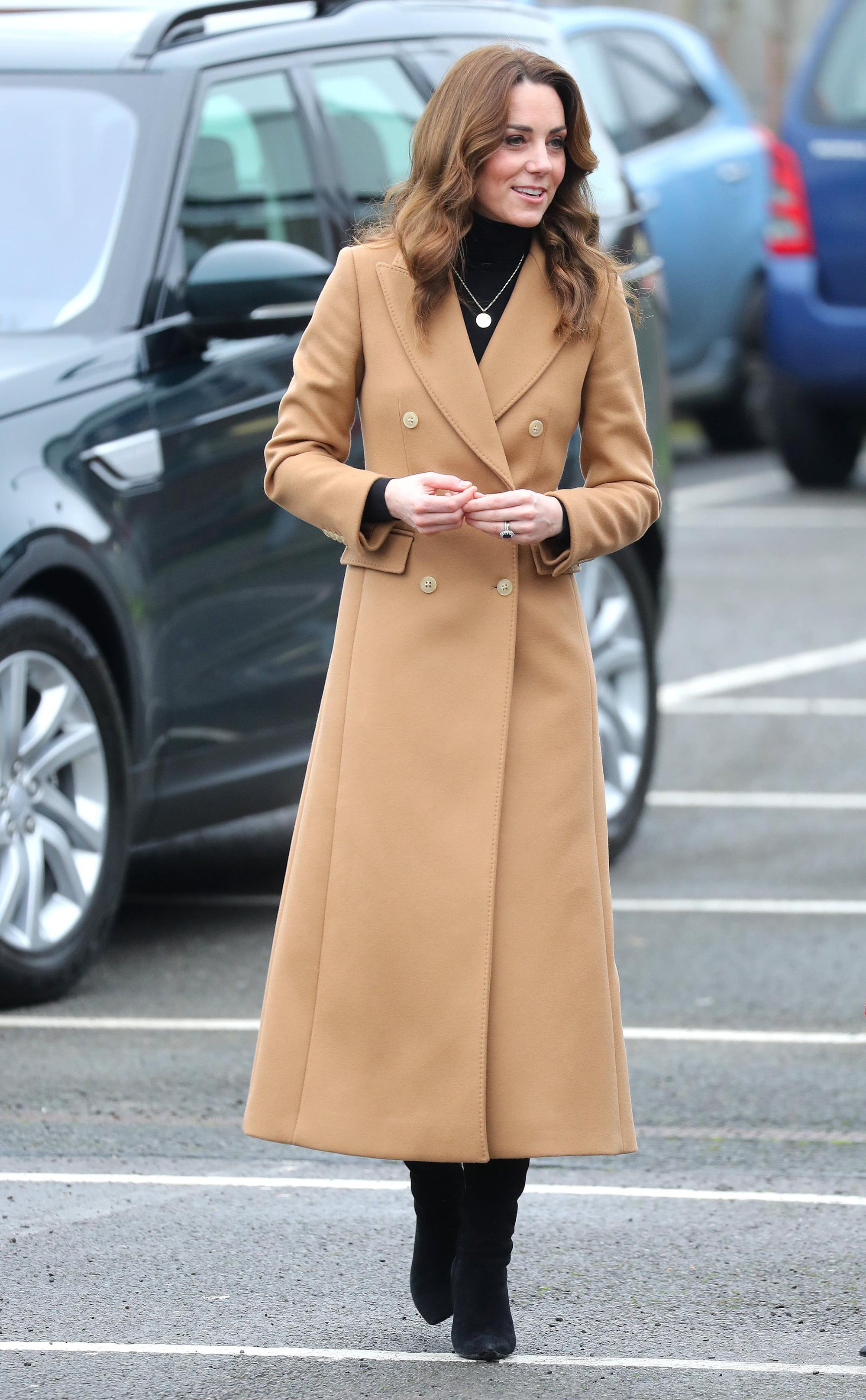 """Chẳng ngờ phía sau set đồ tưởng chừng giản dị của Công nương Kate Middleton lại """"chất chơi"""" nhường vậy - Ảnh 2."""