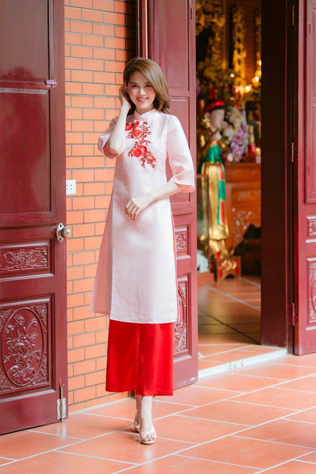 """Cùng với các người đẹp Việt, dàn """"hậu cung"""" VTV cũng khoe sắc trong những tà áo dài duyên dáng đón Xuân về - Ảnh 12."""