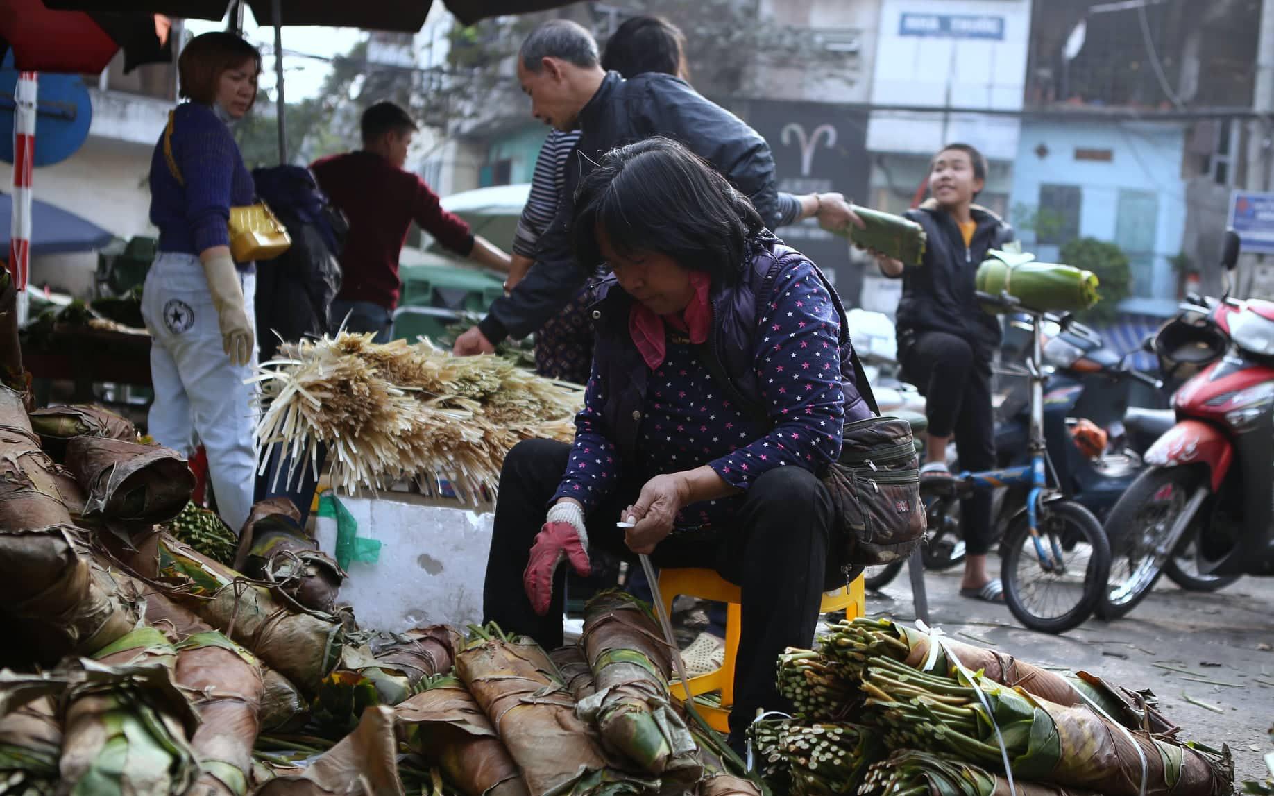 Chợ lá dong lâu đời nhất Hà Nội dịp giáp Tết giá mềm hơn nhưng thưa thớt người mua