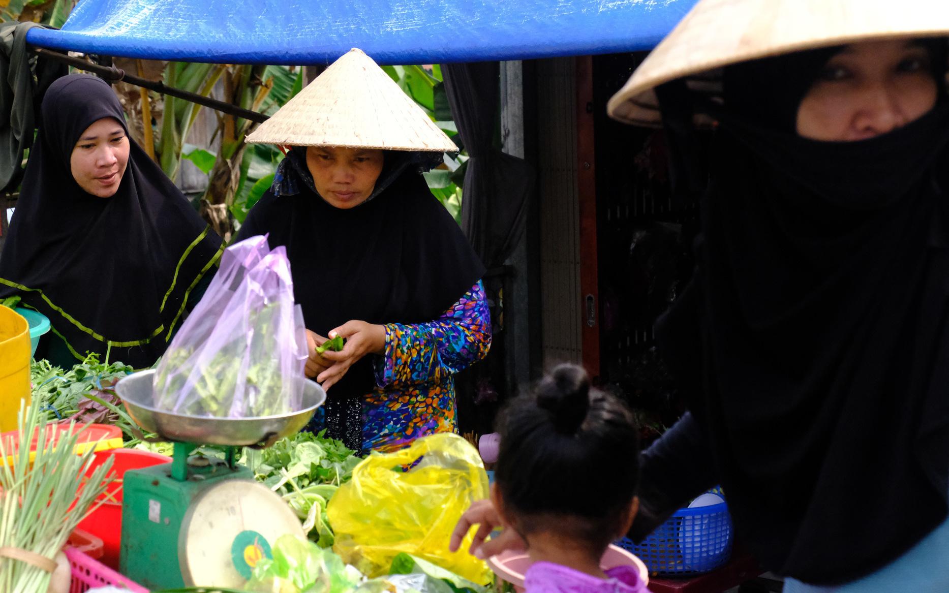 """Cuối năm lạc vào """"ngôi làng phụ nữ"""" kỳ lạ ở An Giang: Đến đi chợ cũng trùm kín mà nụ cười thì dễ thương quá đỗi!"""