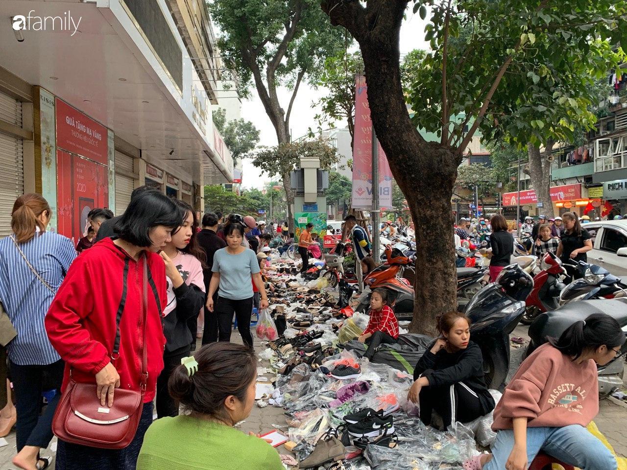 Người Hà Nội chen chân ngày 30 Tết tại cổng chợ Hôm bởi hàng loạt sản phẩm giày dép đại hạ giá - Ảnh 6.
