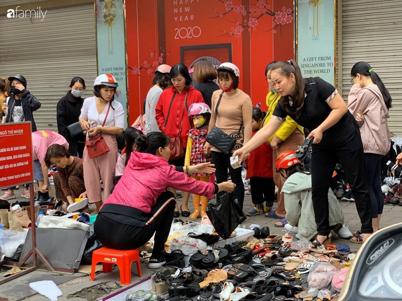 Người Hà Nội chen chân ngày 30 Tết tại cổng chợ Hôm bởi hàng loạt sản phẩm giày dép đại hạ giá - Ảnh 3.