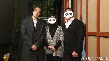 """Sau khi tiết lộ bản thân sở hữu gen đặc biệt, Lee Dong Wook tiếp tục chiếm """"spotlight"""" của cô dâu chú rể khi xuất hiện trong đám cưới bạn - Ảnh 4."""