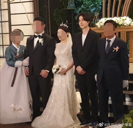 """Sau khi tiết lộ bản thân sở hữu gen đặc biệt, Lee Dong Wook tiếp tục chiếm """"spotlight"""" của cô dâu chú rể khi xuất hiện trong đám cưới bạn - Ảnh 3."""