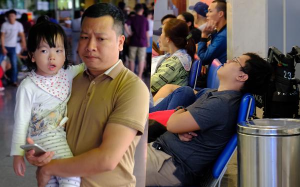 """Cận ngày giao thừa, sân bay Tân Sơn Nhất lại """"vỡ trận"""": Biển người chờ la liệt, trẻ mệt nhoài theo bố mẹ về quê"""