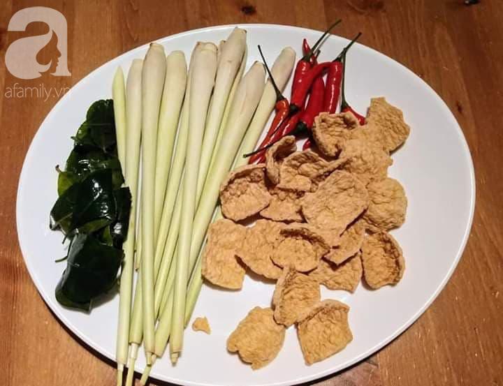 """Blogger Liên Ròm chia sẻ cách làm khô """"gà"""" lá chanh chay ngon lành tiếp khách Tết này - Ảnh 1."""