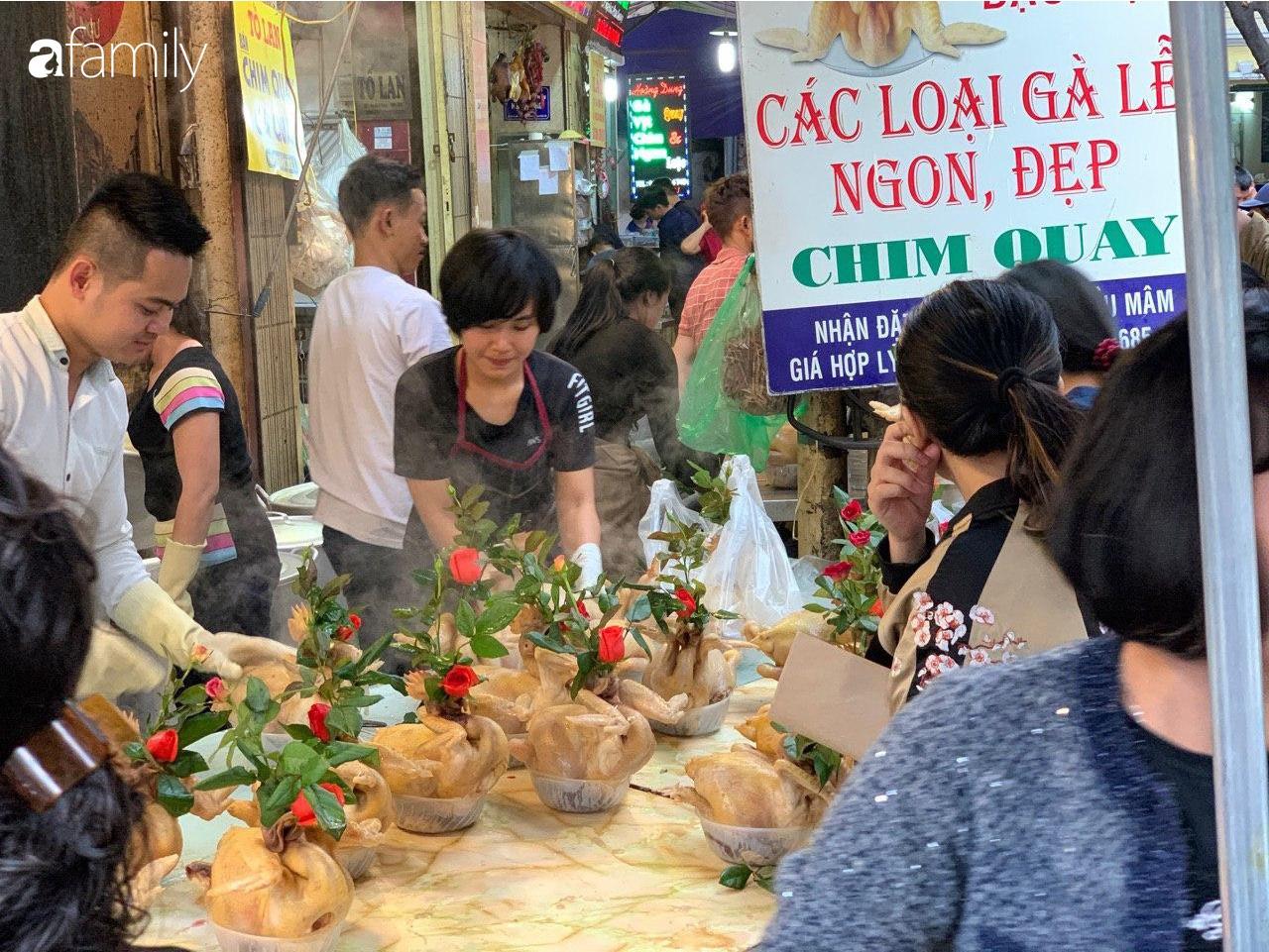 """30 Tết: Chợ Hàng Bè """"thất thủ"""" người người chen chúc vào hàng gà luộc và các quầy đồ ăn chế biến sẵn - Ảnh 3."""