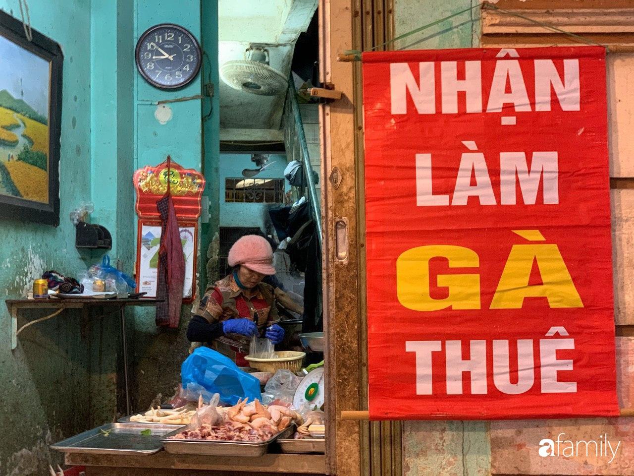 Chợ Hàng Bè thất thủ ngày cuối năm: Người người chen chúc vào hàng gà luộc và các quầy đồ ăn chế biến sẵn - Ảnh 6.
