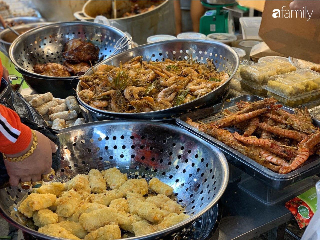 Chợ Hàng Bè thất thủ ngày cuối năm: Người người chen chúc vào hàng gà luộc và các quầy đồ ăn chế biến sẵn - Ảnh 11.