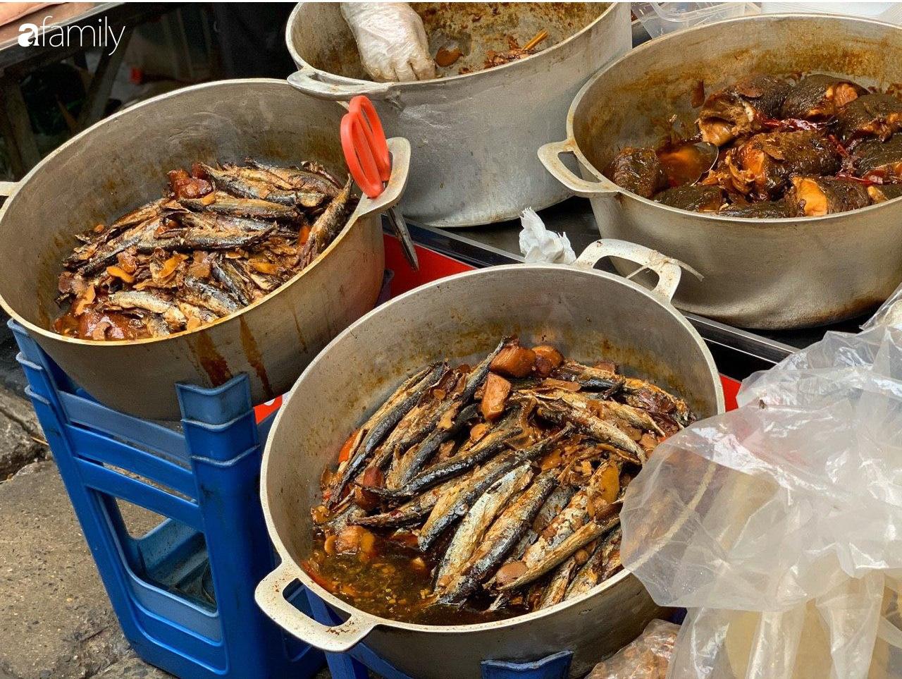 Chợ Hàng Bè thất thủ ngày cuối năm: Người người chen chúc vào hàng gà luộc và các quầy đồ ăn chế biến sẵn - Ảnh 10.