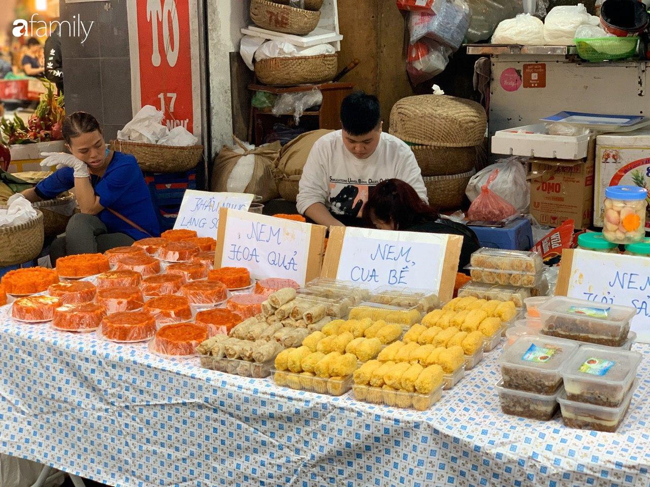 Chợ Hàng Bè thất thủ ngày cuối năm: Người người chen chúc vào hàng gà luộc và các quầy đồ ăn chế biến sẵn - Ảnh 9.
