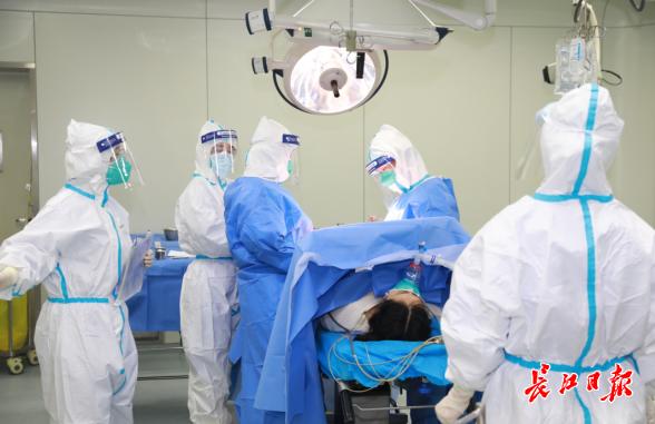 """Trường hợp thai phụ nghi ngờ nhiễm """"dịch bệnh Vũ Hán"""" đầu tiên ở Hồ Bắc, người nhà van xin bác sĩ mặc áo bảo hộ thực hiện mổ bắt thai - Ảnh 1."""