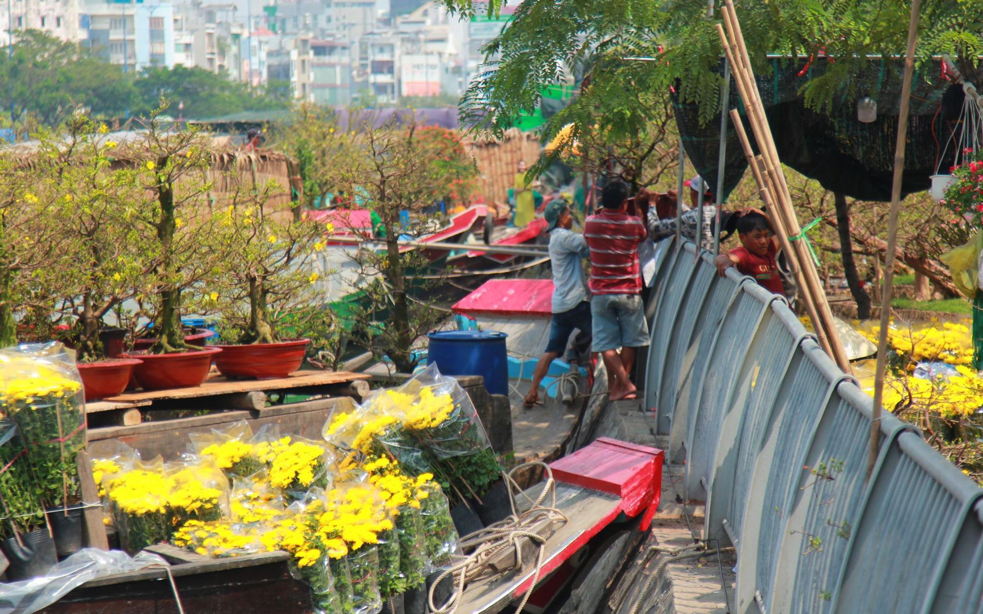 Độc đáo chợ hoa bến Bình Đông ngày cuối năm: Mang hoa Tết vượt sông hàng trăm kilomet đến Sài Gòn mưu sinh
