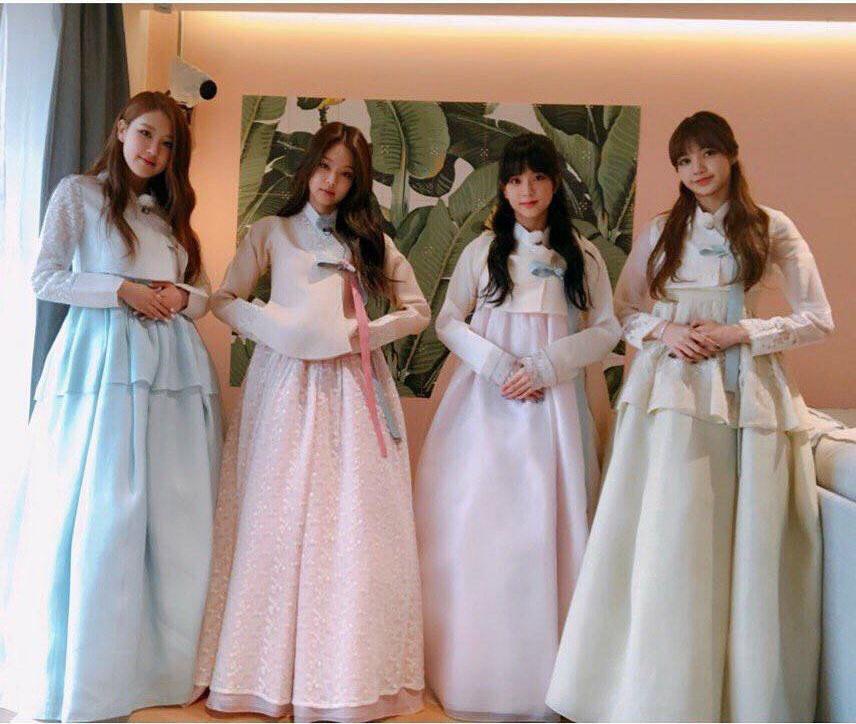 """""""Rượu cũ dùng lại"""": 4 cô nàng Black Pink xinh đẹp ngút ngàn trong những bộ hanbok truyền thống chúc Tết Canh Tý, nhưng hóa ra lại là ảnh từ 2 năm trước - Ảnh 2."""