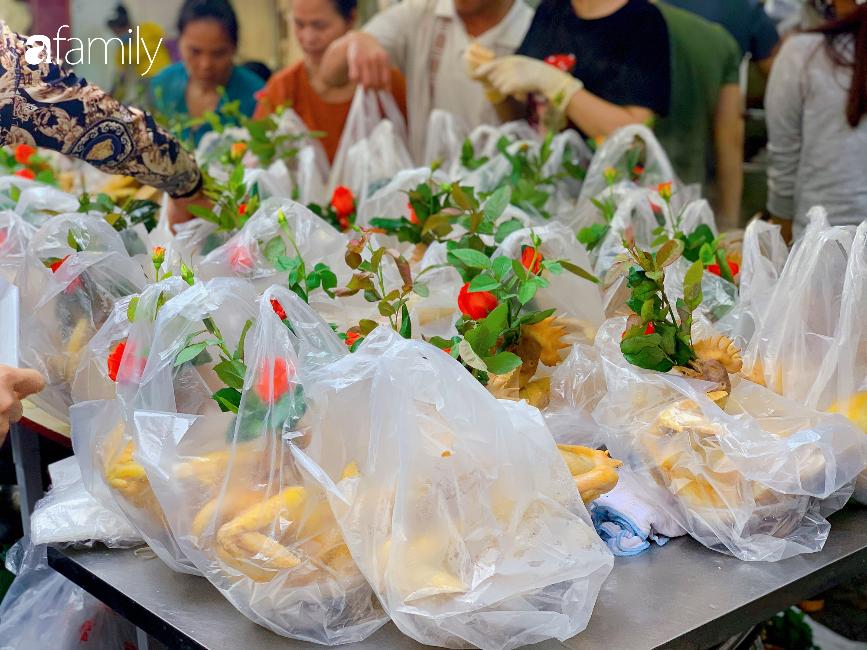 """30 Tết: Chợ Hàng Bè """"thất thủ"""" người người chen chúc vào hàng gà luộc và các quầy đồ ăn chế biến sẵn - Ảnh 5."""