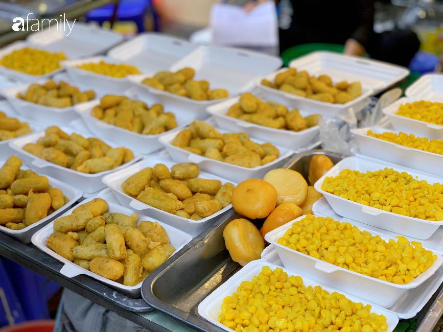 """30 Tết: Chợ Hàng Bè """"thất thủ"""" người người chen chúc vào hàng gà luộc và các quầy đồ ăn chế biến sẵn - Ảnh 10."""