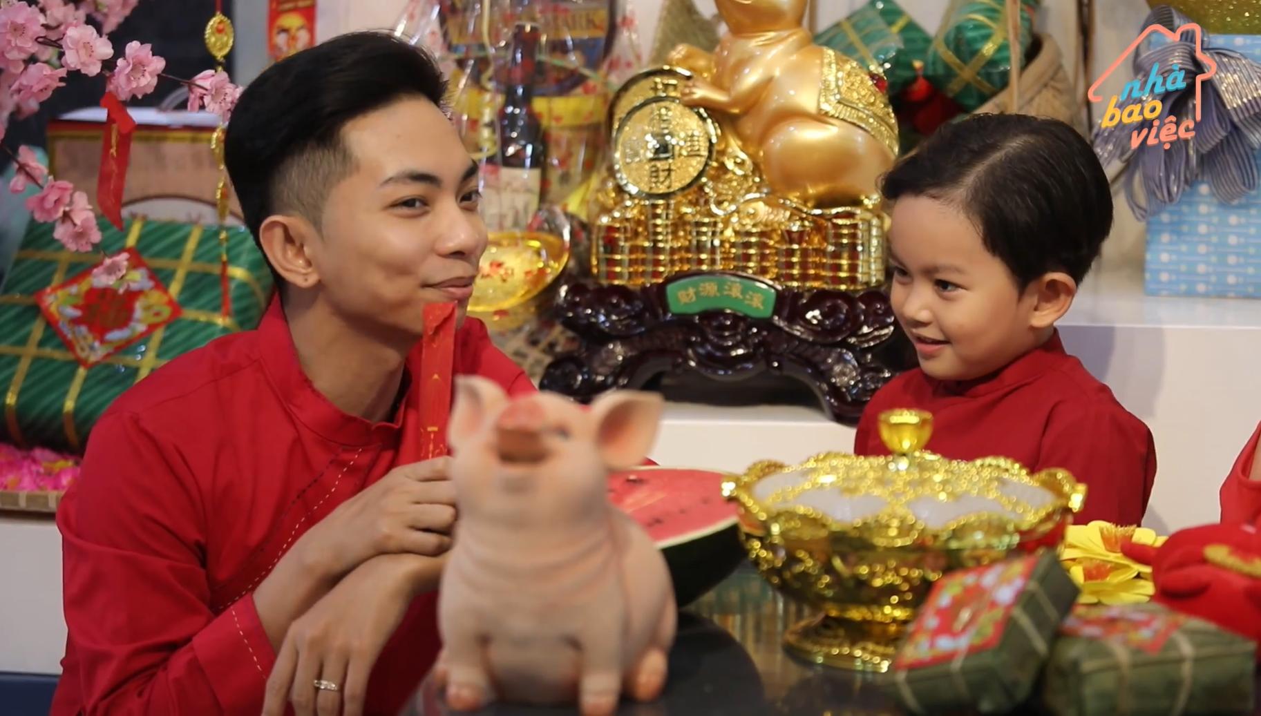 """Kubi nhà Khánh Thi được bố mẹ dạy cách nhận lì xì cực khéo, nhưng cậu bé chúc Tết khiến Phan Hiển cũng sửng sốt """"Sao con khôn quá vậy?"""" - Ảnh 1."""