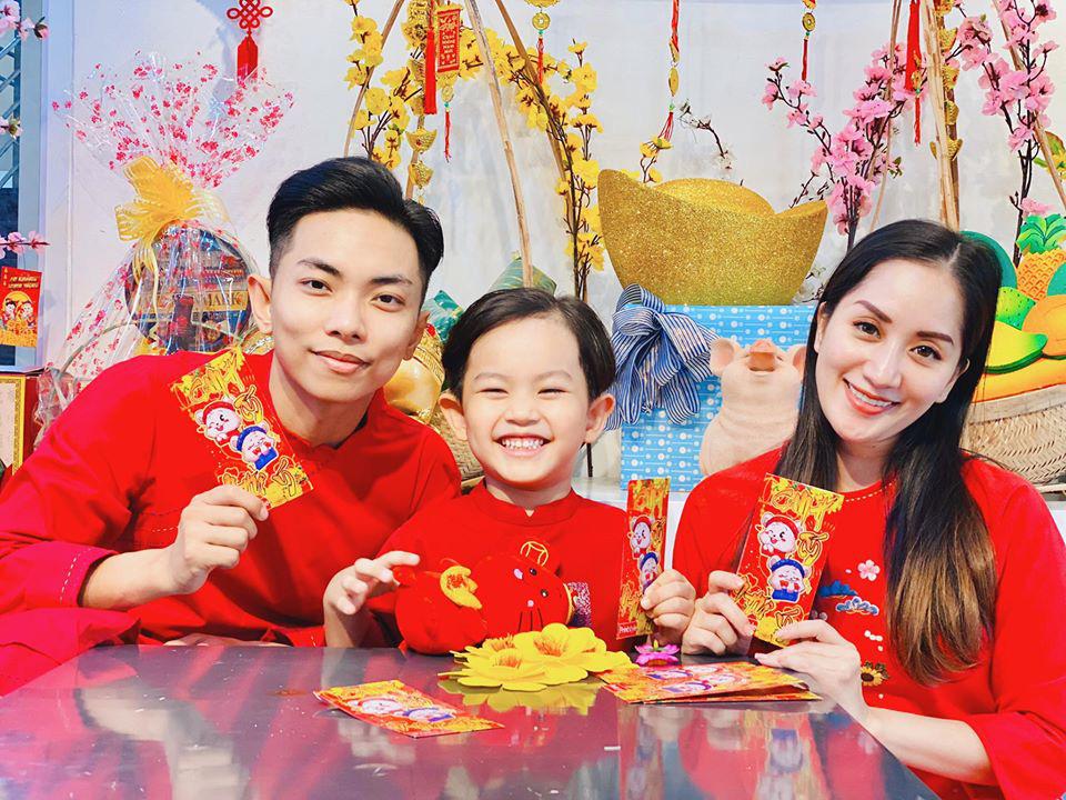 """Kubi nhà Khánh Thi được bố mẹ dạy cách nhận lì xì cực khéo, nhưng cậu bé chúc Tết khiến Phan Hiển cũng sửng sốt """"Sao con khôn quá vậy?"""" - Ảnh 2."""