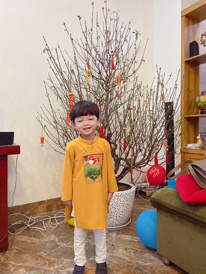 Dù giàu có và nổi tiếng nhưng rất nhiều sao Việt vẫn giữ phong tục đáng quý này cho con, Mùng 1 Tết ai cũng rực rỡ - Ảnh 10.