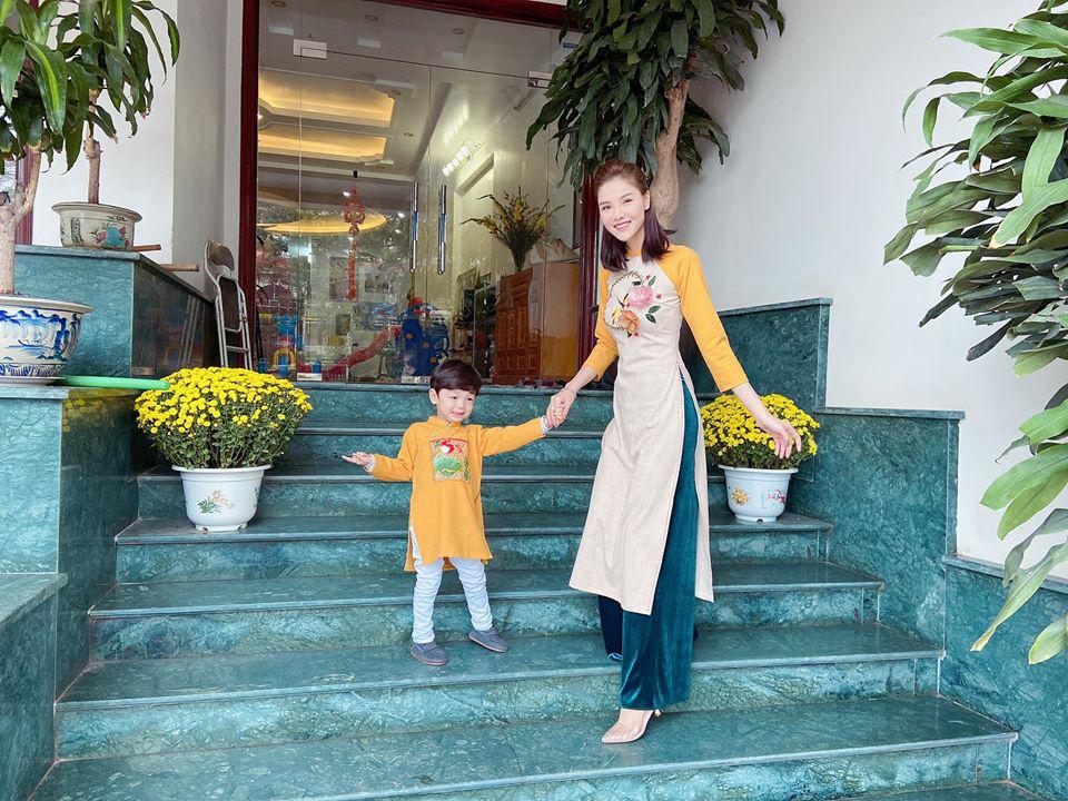Dù giàu có và nổi tiếng nhưng rất nhiều sao Việt vẫn giữ phong tục đáng quý này cho con, Mùng 1 Tết ai cũng rực rỡ - Ảnh 11.
