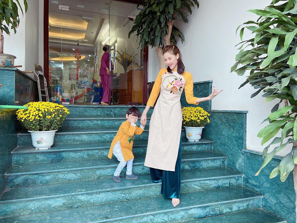 Dù giàu có và nổi tiếng nhưng rất nhiều sao Việt vẫn giữ phong tục đáng quý này cho con, Mùng 1 Tết ai cũng rực rỡ - Ảnh 12.