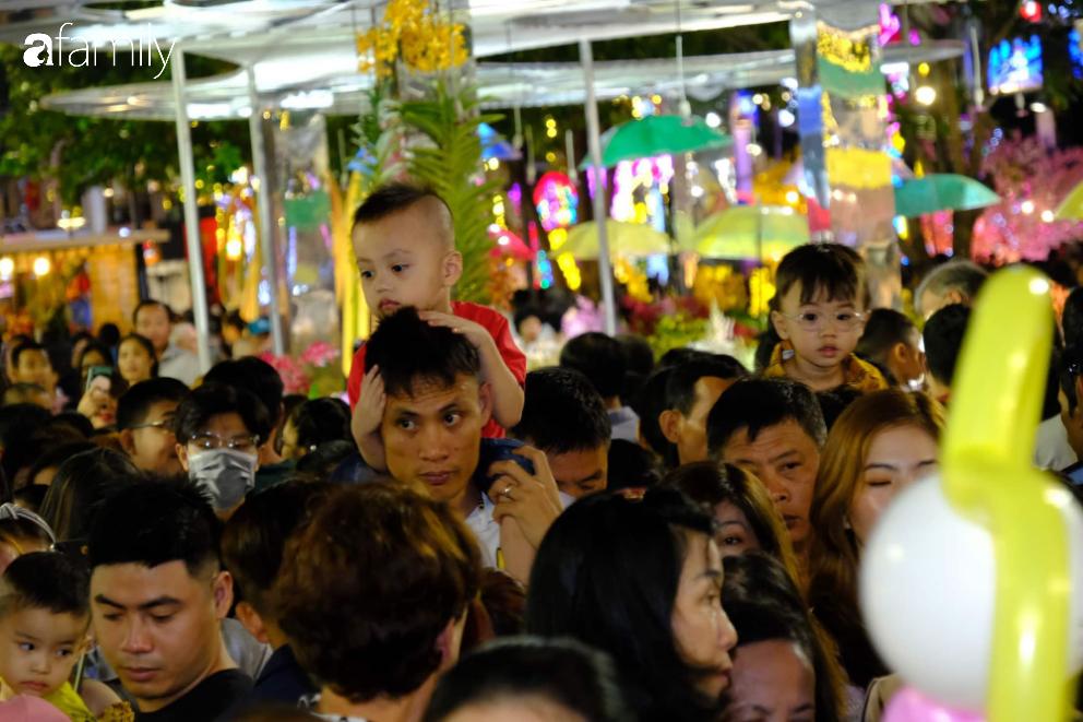 Người dân TP.HCM xuống đường chờ đợi thời khắc giao thừa, Hà Nội vắng tanh không 1 bóng người vì mưa lớn kéo dài - Ảnh 14.