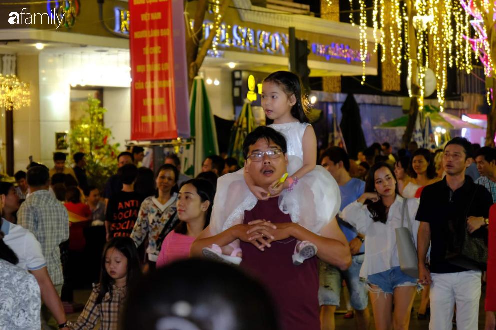 Người dân TP.HCM xuống đường chờ đợi thời khắc giao thừa, Hà Nội vắng tanh không 1 bóng người vì mưa lớn kéo dài - Ảnh 16.