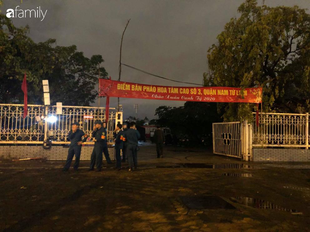 Người dân TP.HCM xuống đường chờ đợi thời khắc giao thừa, Hà Nội vắng tanh không 1 bóng người vì mưa lớn kéo dài - Ảnh 19.
