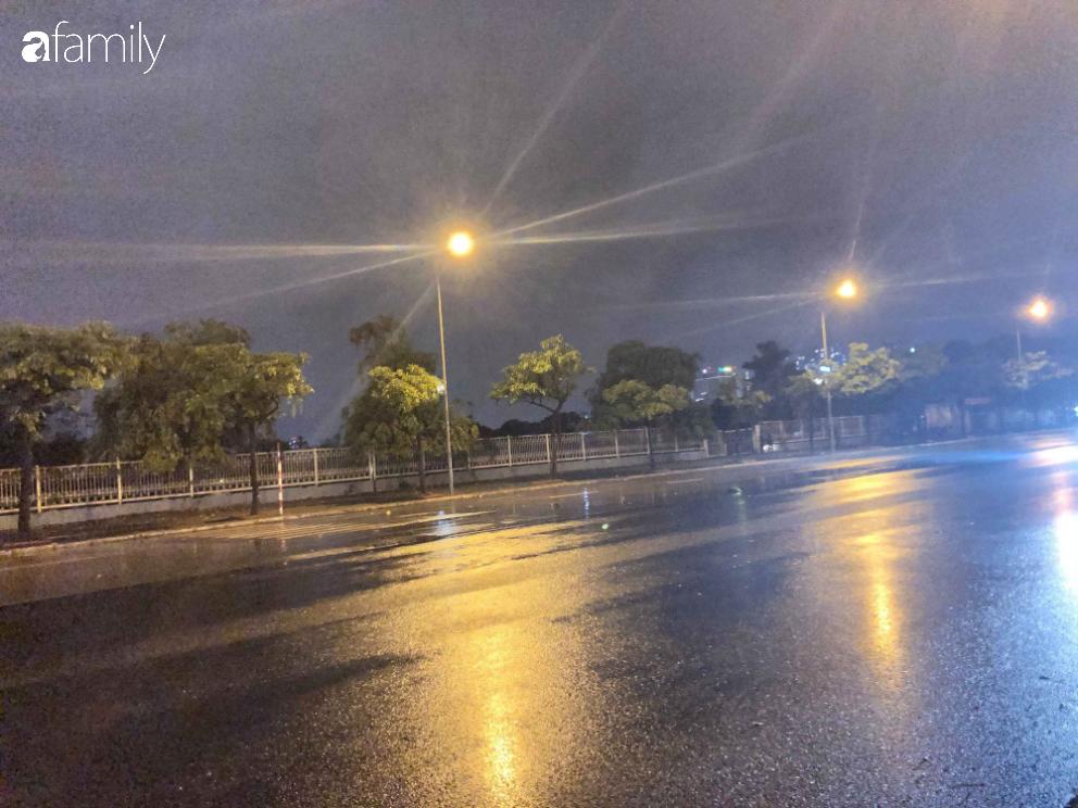 Người dân TP.HCM xuống đường chờ đợi thời khắc giao thừa, Hà Nội vắng tanh không 1 bóng người vì mưa lớn kéo dài - Ảnh 20.