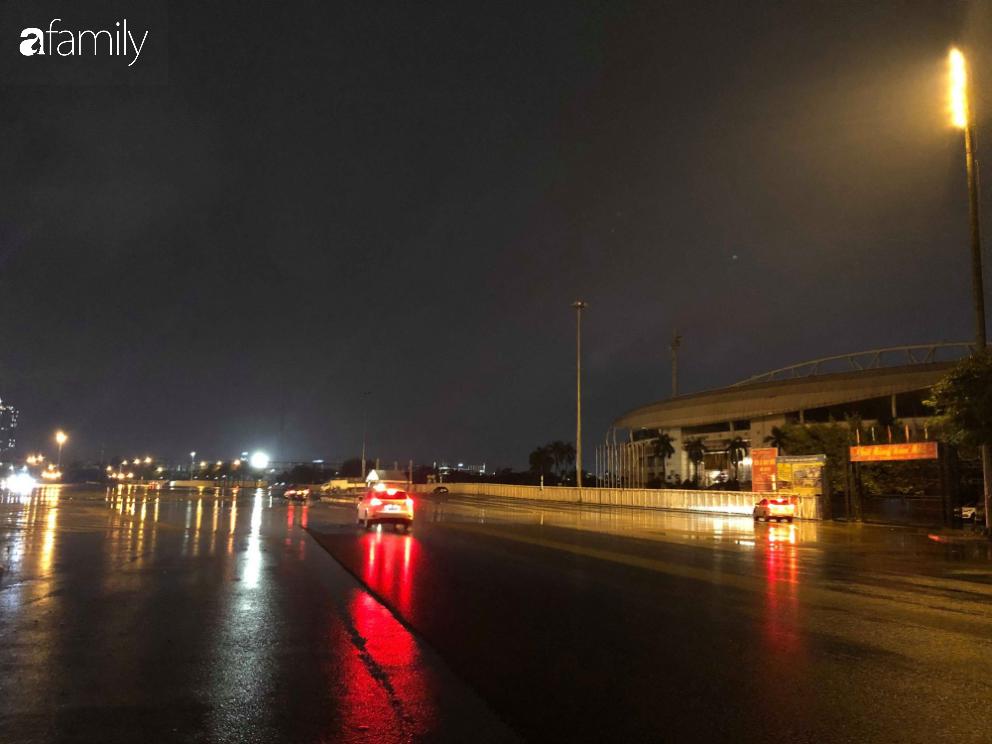 Người dân TP.HCM xuống đường chờ đợi thời khắc giao thừa, Hà Nội vắng tanh không 1 bóng người vì mưa lớn kéo dài - Ảnh 21.