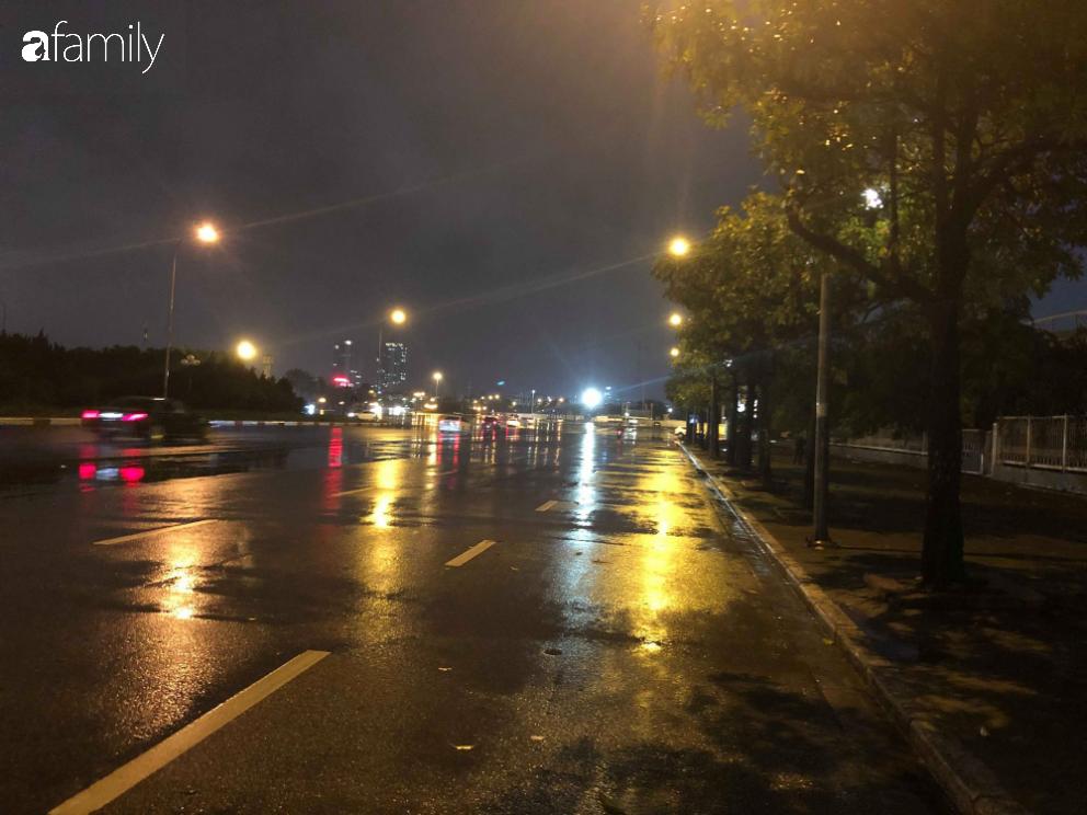 Người dân TP.HCM xuống đường chờ đợi thời khắc giao thừa, Hà Nội vắng tanh không 1 bóng người vì mưa lớn kéo dài - Ảnh 22.