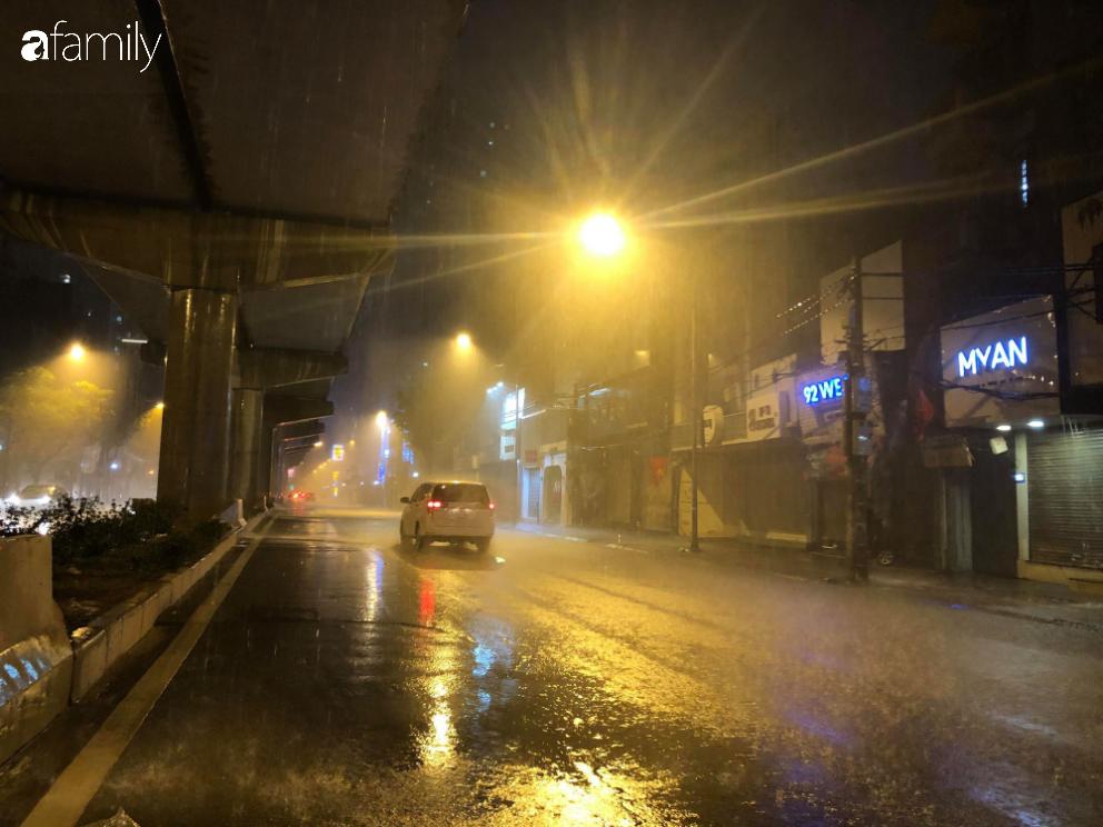 Người dân TP.HCM xuống đường chờ đợi thời khắc giao thừa, Hà Nội vắng tanh không 1 bóng người vì mưa lớn kéo dài - Ảnh 24.