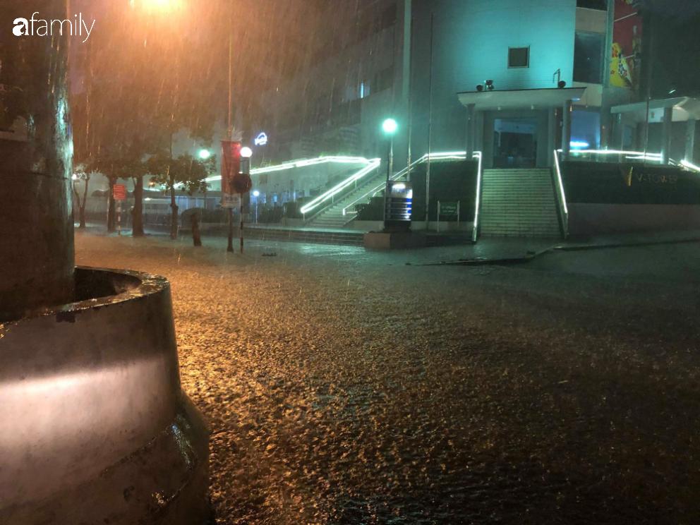 Người dân TP.HCM xuống đường chờ đợi thời khắc giao thừa, Hà Nội vắng tanh không 1 bóng người vì mưa lớn kéo dài - Ảnh 25.