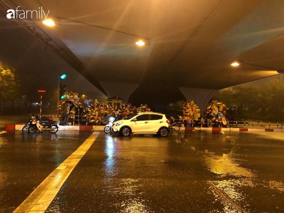 Người dân TP.HCM xuống đường chờ đợi thời khắc giao thừa, Hà Nội vắng tanh không 1 bóng người vì mưa lớn kéo dài - Ảnh 26.