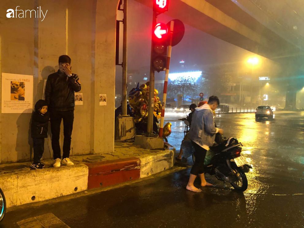 Người dân TP.HCM xuống đường chờ đợi thời khắc giao thừa, Hà Nội vắng tanh không 1 bóng người vì mưa lớn kéo dài - Ảnh 27.