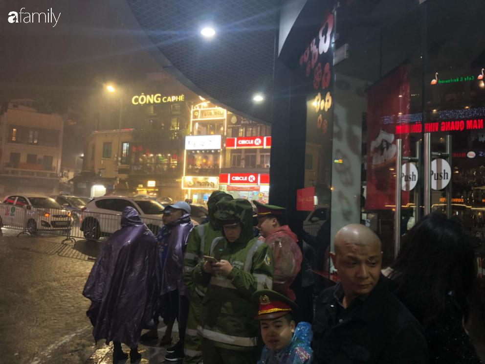 Người dân TP.HCM xuống đường chờ đợi thời khắc giao thừa, Hà Nội vắng tanh không 1 bóng người vì mưa lớn kéo dài - Ảnh 32.