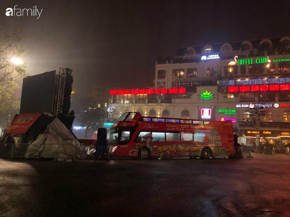 Người dân TP.HCM xuống đường chờ đợi thời khắc giao thừa, Hà Nội vắng tanh không 1 bóng người vì mưa lớn kéo dài - Ảnh 33.