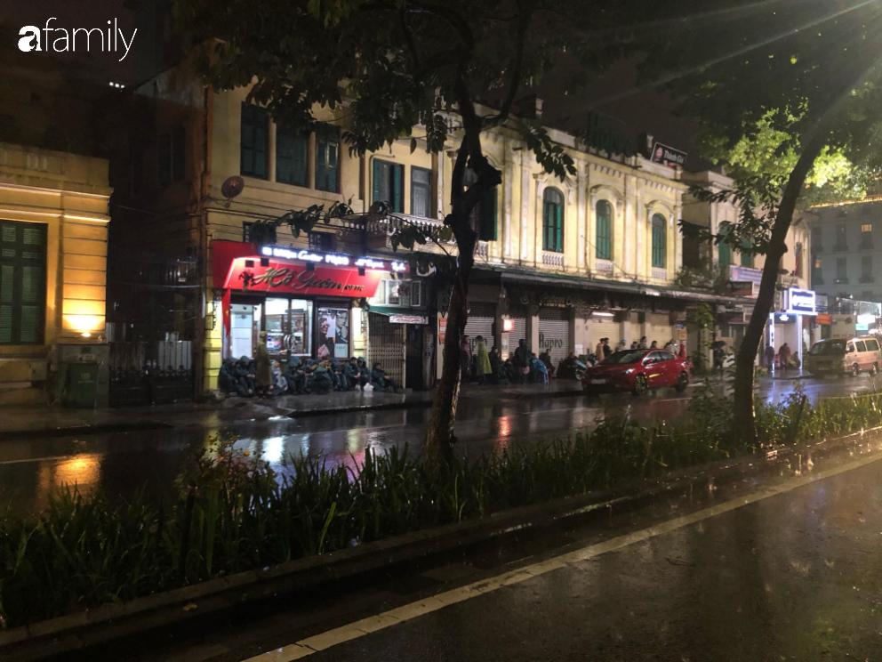 Người dân TP.HCM xuống đường chờ đợi thời khắc giao thừa, Hà Nội vắng tanh không 1 bóng người vì mưa lớn kéo dài - Ảnh 34.