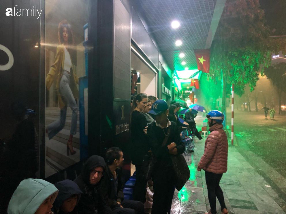 Người dân TP.HCM xuống đường chờ đợi thời khắc giao thừa, Hà Nội vắng tanh không 1 bóng người vì mưa lớn kéo dài - Ảnh 35.