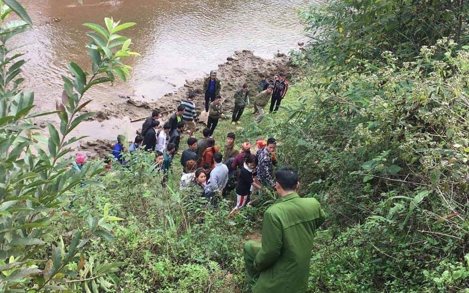 Lào Cai: Phát hiện thi thể nữ giới vùi bên bờ suối thò một cánh tay khỏi mặt đất