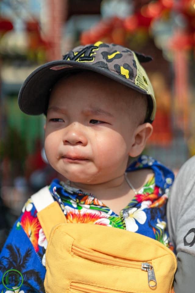 """Lên đồ bảnh bao đi chúc Tết mà trời lại mưa, cậu bé có biểu cảm """"ông cụ non"""" nhìn cũng tội mà ai cũng... thôi kệ - Ảnh 7."""