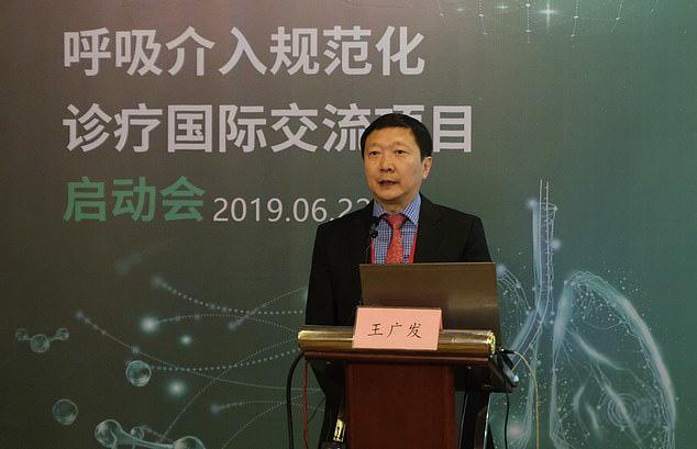 Bác sĩ nổi tiếng Trung Quốc cảnh báo virus corona có thể lây truyền qua MẮT: Đeo khẩu trang nhưng quên đeo kính hoàn toàn có thể nhiễm bệnh - Ảnh 1.