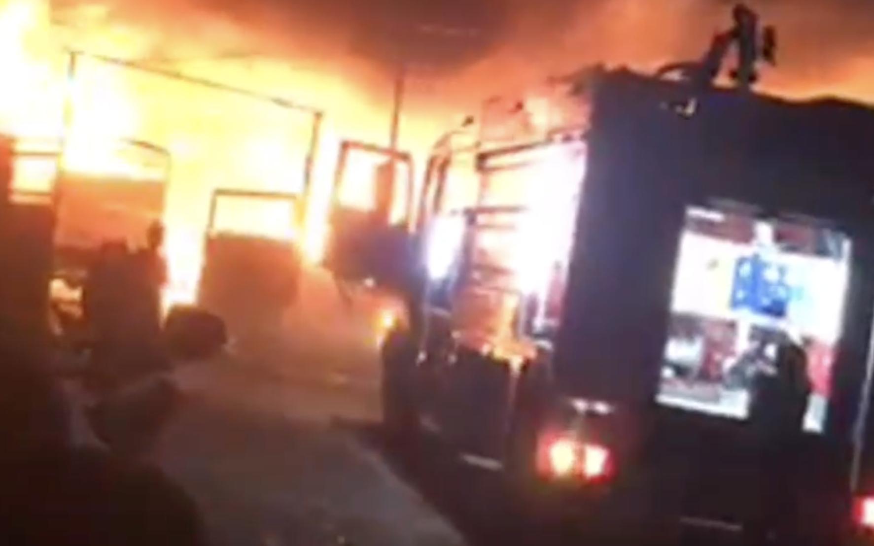 """Cháy lớn tối mùng 2 ở Bình Dương, chủ vựa phế liệu mất Tết khi nhiều tài sản bị """"bà hỏa"""" thiêu rụi"""