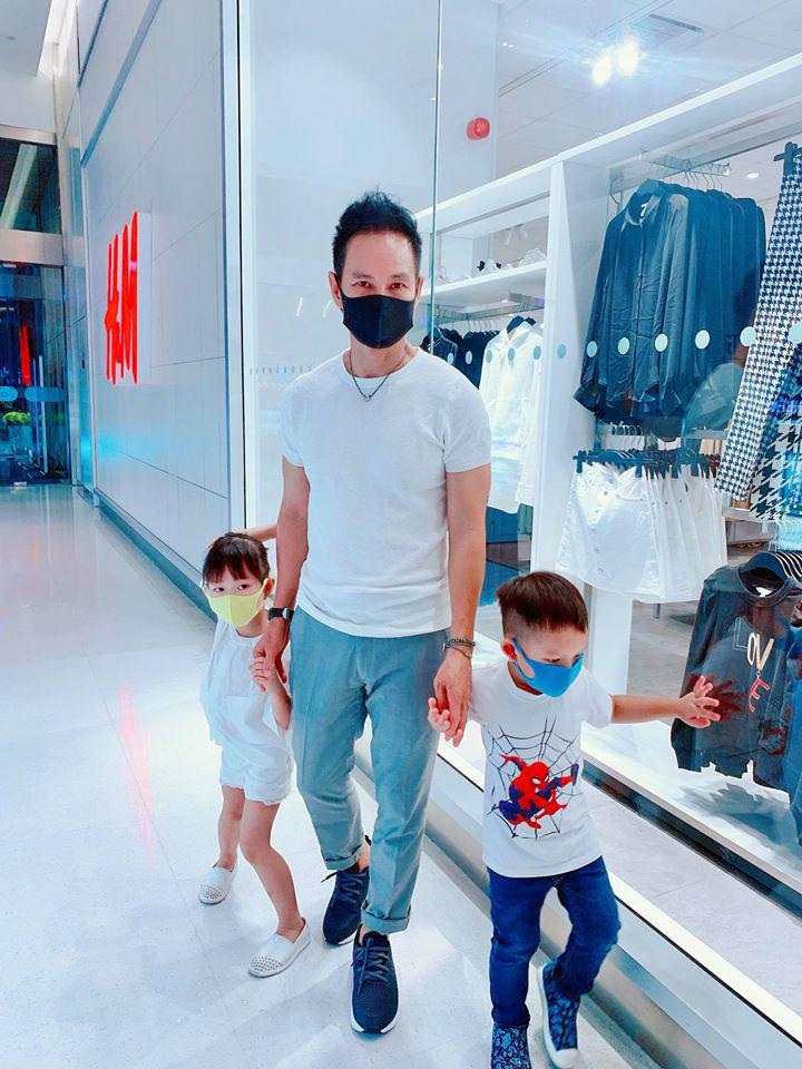 Đưa con đi chơi Tết, vợ chồng Lý Hải Minh Hà cẩn thận làm 1 điều để phòng chống virus Corona, đáng khen nhất là thái độ của 4 nhóc tì - Ảnh 6.