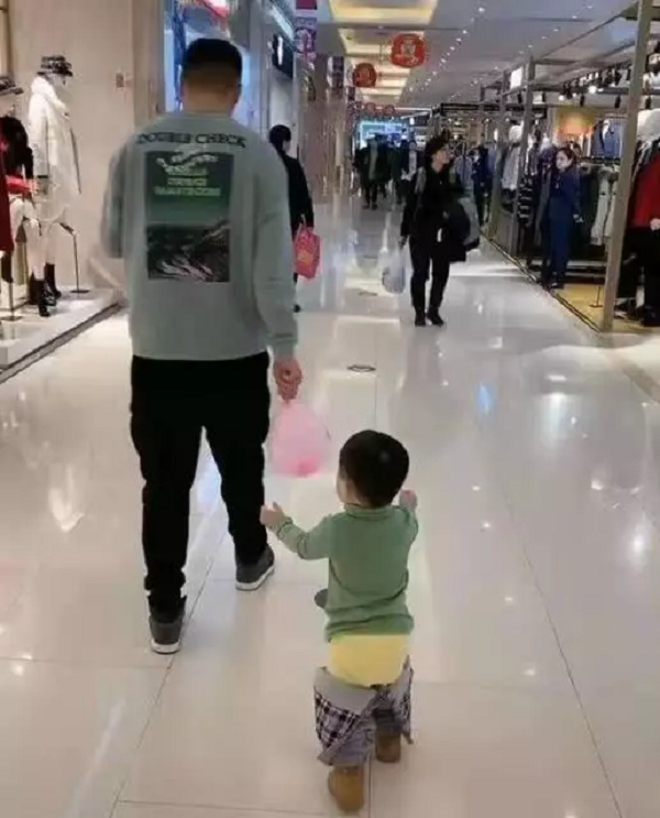 Người bố dành thời gian dẫn con nhỏ đi chơi trung tâm thương mại nhưng nhìn vào ai cũng lắc đầu ngao ngán - Ảnh 1.
