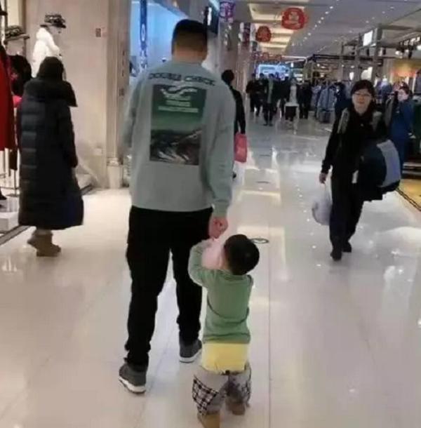 Người bố dành thời gian dẫn con nhỏ đi chơi trung tâm thương mại nhưng nhìn vào ai cũng lắc đầu ngao ngán - Ảnh 2.