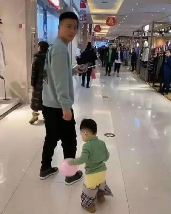 Người bố dành thời gian dẫn con nhỏ đi chơi trung tâm thương mại nhưng nhìn vào ai cũng lắc đầu ngao ngán - Ảnh 3.