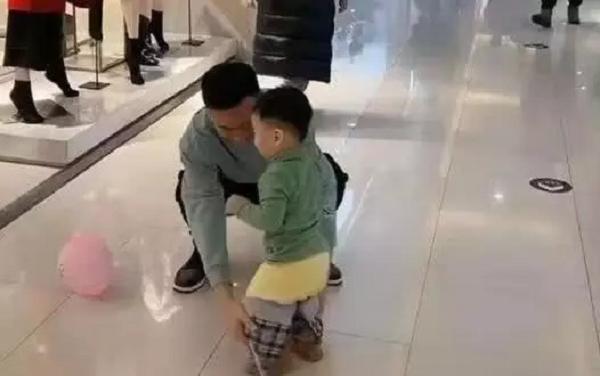 Người bố dành thời gian dẫn con nhỏ đi chơi trung tâm thương mại nhưng nhìn vào ai cũng lắc đầu ngao ngán - Ảnh 4.