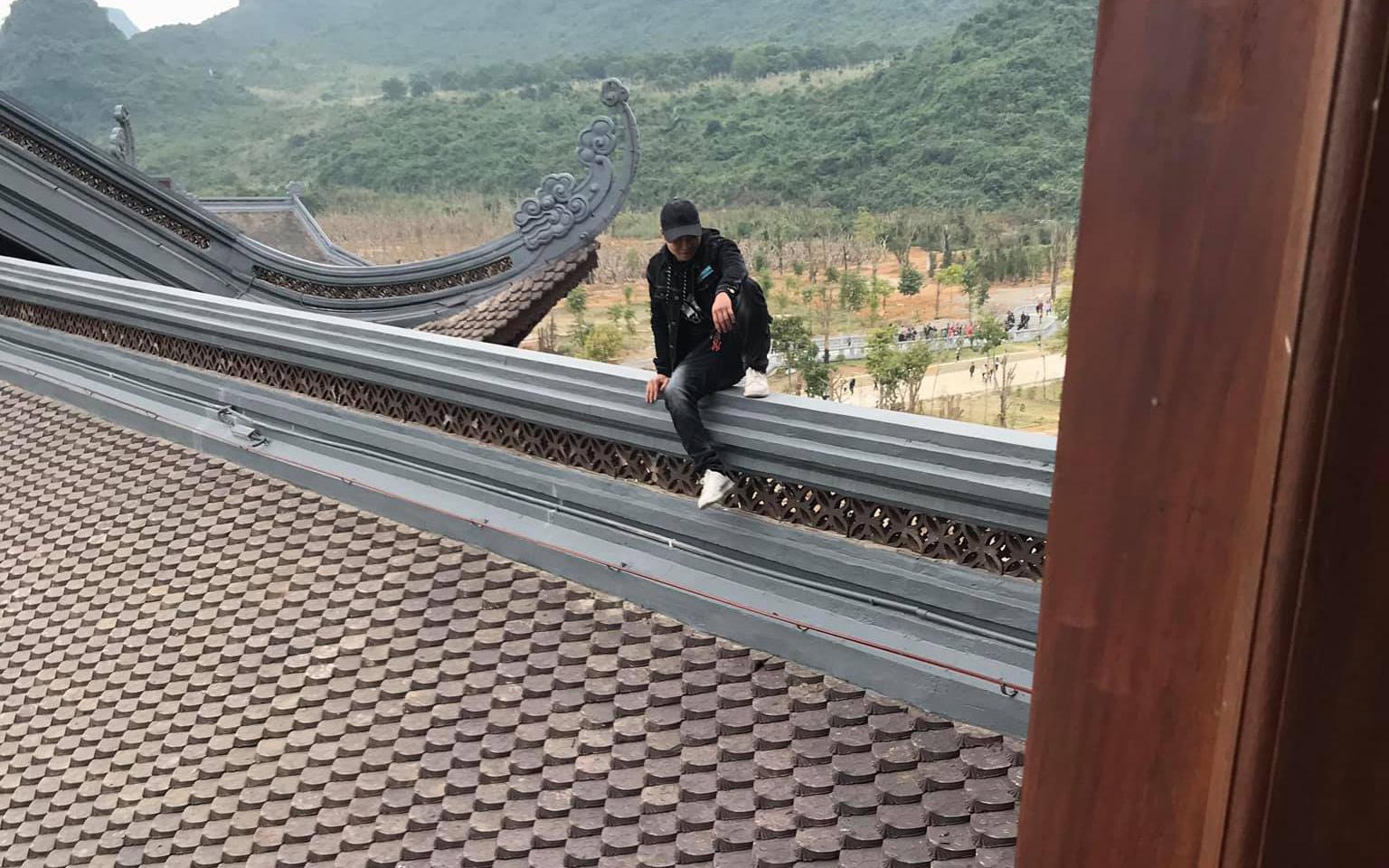 Nam thanh niên trèo lên mái ngôi chùa lớn nhất Việt...