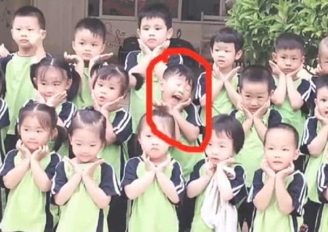 Khóc lóc thảm thương trong ngày đầu đi học, sau một năm cậu bé lại có biểu cảm ai cũng bất ngờ - Ảnh 2.